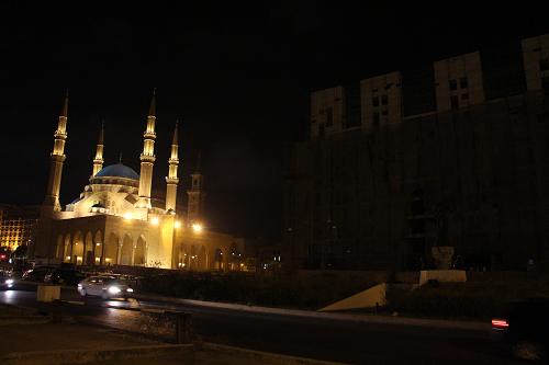 La mosquée Muhammad al-Amîn, à gauche. La statue des Martyrs, presque invisible, à droite. Photo prise en septembre 2016.
