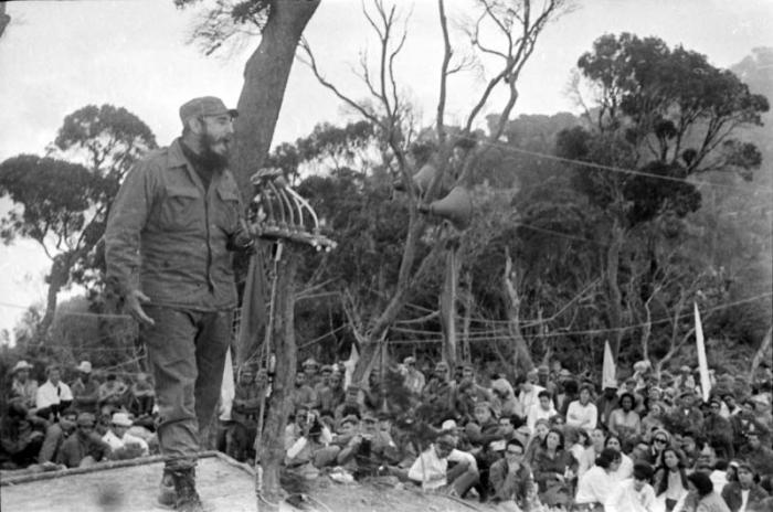 Fidel Castro s'exprimant à une cérémonie de remise des diplômes pour les dentistes et les médecins en 1965, la première « fournée » de médecin formés après la révolution. Nombre d'entre eux partiraient en mission à l'international. (source: Granma)