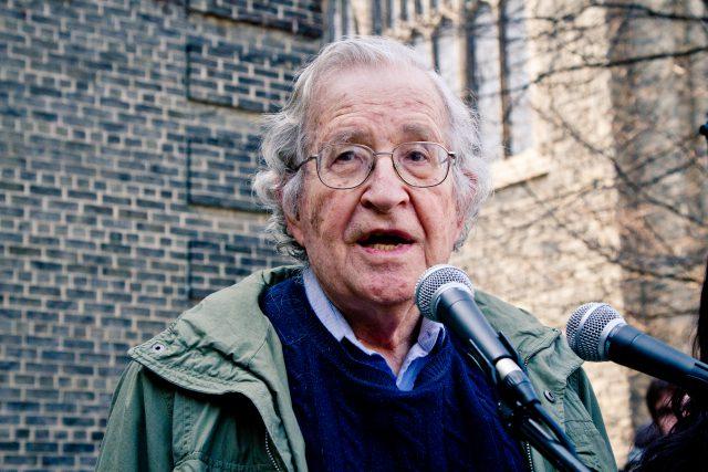 L'arrestation d'Assange est scandaleuse dans - DROITS Noam_Chomsky_Toronto_2011-640x427