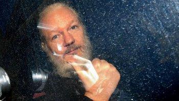Sept années de mensonges sur Assange et ce n'est pas fini dans - DROITS assange-arrestation
