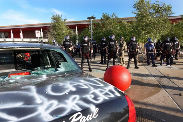 LUTTES RACISTES et ANTIRACISTES 2020_0529-minneapolis-target-police-2400x1600-1-640x427